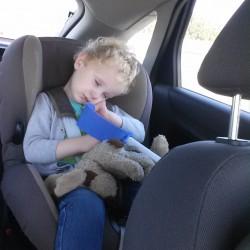 Ifan slaapt in de auto