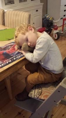 Ifan is in slaap gevallen aan tafel