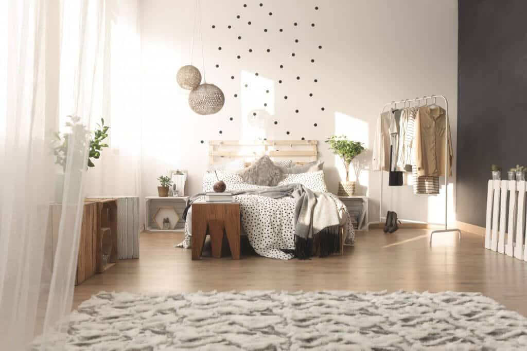 Slaapkamer Interieur Inspiratie : Interieur inspiratie minimalistisch kledingrek in de slaapkamer
