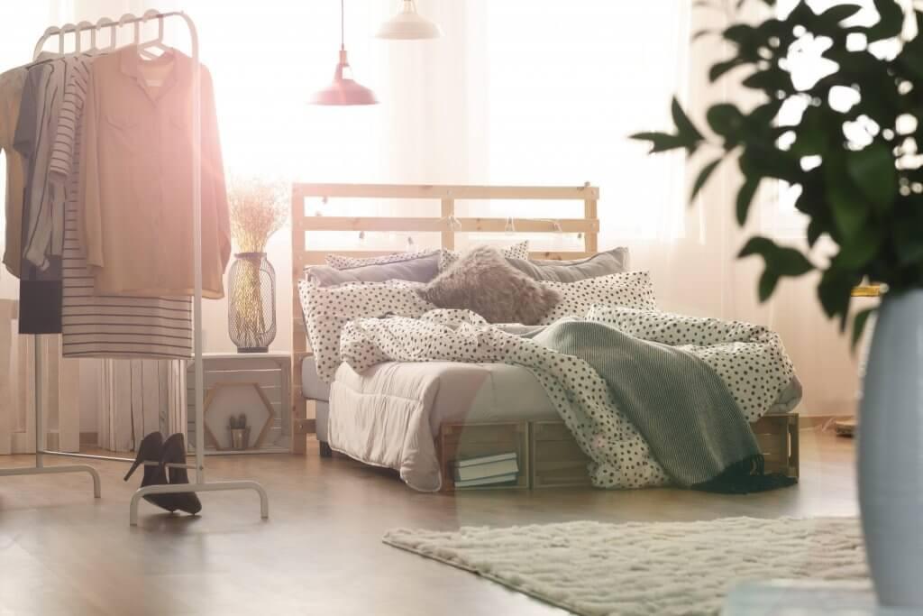 interieur inspiratie minimalistisch kledingrek in de slaapkamer