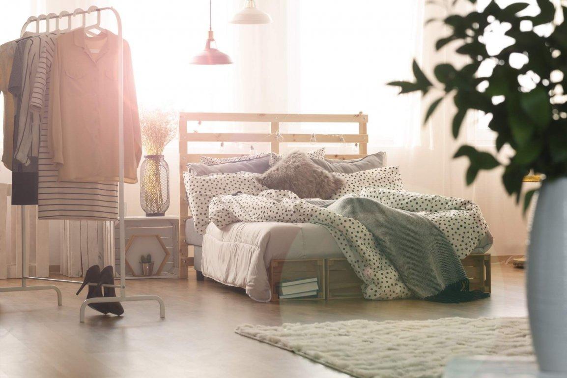 Interieur Inspiratie | Minimalistisch kledingrek in de slaapkamer ...