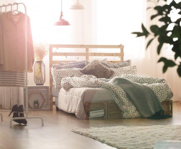 Interieur Inspiratie | Minimalistisch kledingrek in de slaapkamer