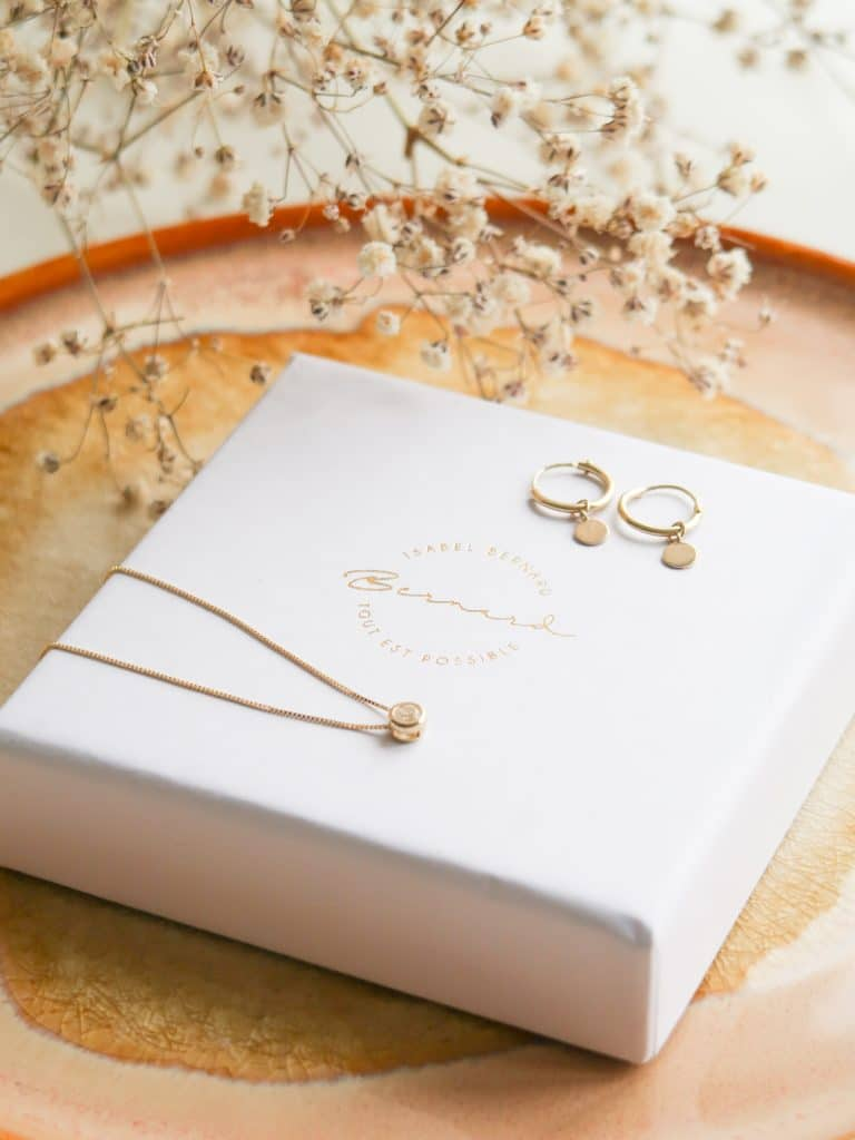 Gouden sieraden van Isabel Bernard: Monceau Jeanne 14 karaat gouden creolen en de Le Marais Lison 14 karaat gouden ketting.